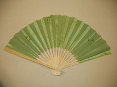 How to construct a silk folding fan! Love folding fans!!! I can not wait to start making my own.