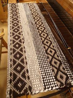 Ruusukas vinoneliöitä ja palttinaa, ruskeasävyinen räsymatto Animal Print Rug, Weaving, Rugs, Inspiration, Home Decor, Quilts, Farmhouse Rugs, Biblical Inspiration, Decoration Home