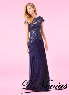 Vestido color azul marino con encaje y chifon de seda salvaje.