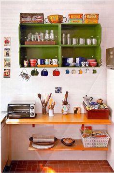 """Caixotes de feira pintados como """"suporte"""" de cozinha/ganchos para xícaras"""