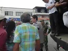 """Hombre con """"huevos"""" defiende a muchachos, del ejército Se necesitan mas colombianos que defiendan sin miedo sus derechos.  El Ejército sigue violando la sentencia de la Corte Constitucional C-879 de 2011, mediante la cual se prohíben las detenciones arbitrarias, más conocidas como batidas, en l...See More https://www.facebook.com/photo.php?v=10201822881834410"""