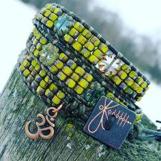 Lederen triple wrap armband, groene lederen koord, groene tricut Tsjechisch glas picasso kralen, kleurrijke Tsjechisch glas bloemen, line-up van uw Chakra