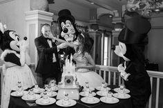 Sabia que é possível fazer seu casamento na Disney? Clique para ver os pacotes e valores! Na foto, noivos com bolo, Mickey, Minnie e Pateta.