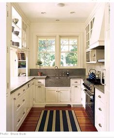 I like the line direction on the rug in the galley kitchen.