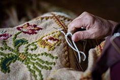 Tapetes de Arraiolos, uma Tradição Portuguesa viva e prova da existência de produtos tradicionais portugueses de qualidade bordados à mão, da vila alentejana que os baptiza. Os tapetes de Arraiolos são únicos e sem iguais em qualquer parte do mundo. – ARRAIOLOS – ALENTEJO – PORTUGAL.