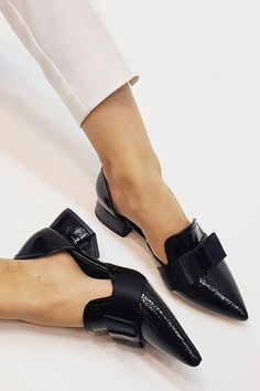 Discover the latest women fashion trend at Chiclotte. Shop women's clothing, footwear, and fashion accessories with affordable price. Womens Slippers, Womens Flats, White Flat Shoes, Pointed Flat Shoes, Pointed Flats Outfit, Pointed Loafers, Bow Flats, Fashion Shoes, Fashion Accessories