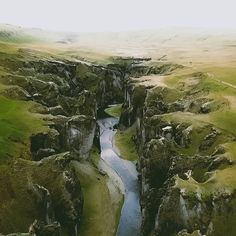 Find tips on things to do for travel in Iceland like visiting this beautiful Fjaðrárgljúfur canyon.
