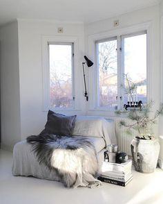 Vilket fantastiskt ljus denna dagen bjöd på☀️och som avslutades med en brinnande rosa/orange himmel Bedroom Storage Inspiration, Living Room Inspiration, Home Decor Inspiration, Home Bedroom, Bedroom Decor, Bedroom Ideas, Nook, All White Bedroom, Lets Stay Home
