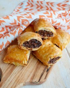 Recipe: Indian mini sausage rolls with soy sauce and hot sauce - Savory Sweets - Indian mini sausage rolls with soy sauce and sambal - Panini Recipes, Food Porn, Puff Pastry Recipes, Sausage Rolls, Yummy Snacks, High Tea, Tapas, Food Inspiration, Nachos