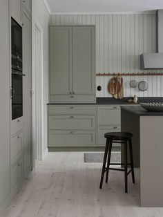 Classic shaker kitchen in grey with kitchen island Easy Home Decor, Home Decor Kitchen, Cheap Home Decor, Kitchen Design, Kitchen Ideas, Kitchen Inspiration, Home Interior, Interior Design Living Room, Bedroom Vintage
