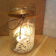 Recycle je glazen potjes. Mason Jar Crafts, Mason Jar Diy, Mason Jar Lamp, Diy Recycle, Recycling, Jar Centerpieces, Tea Light Holder, Diy Projects To Try, Winter Christmas