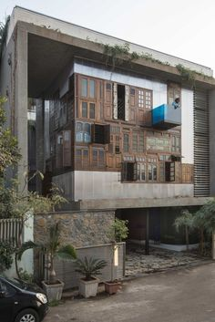 Four generations living under one roof on walls of recycled building materials in Mumbai. Architecture Durable, Art Et Architecture, Sustainable Architecture, Pavilion Architecture, Amazing Architecture, Architecture Details, Design Exterior, Facade Design, House Design