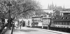 Z Karlova mostu (3728) • Praha, květen 1965 • | černobílá fotografie, Karlův most, Pražský hrad, lucerna, lidé |•|black and white photograph, Prague|