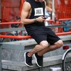 Athleisure, Visual Esportivo. Macho Moda - Blog de Moda Masculina: Roupa de Homem: 5 Tendências Masculinas que continuam para 2017. Regata Cavada, Bermuda de Sarja.