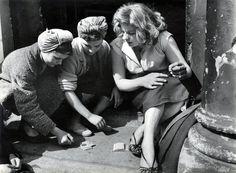 Roger Mayne - Girls gambling, Southam Street, Nord Kensington, London, 1956.