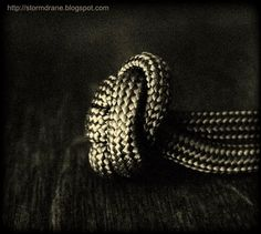A single strand button knot, #647 in ABoK, side view