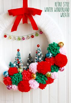 21 winter wonderland Christmas wreath with pompoms and bottle brush trees - DigsDigs Noel Christmas, All Things Christmas, Vintage Christmas, Christmas Ornaments, Christmas Pom Pom Crafts, Crochet Christmas Wreath, Retro Christmas Decorations, Vintage Winter, Handmade Christmas