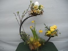 This says: voorjaar Easter Flower Arrangements, Flower Arrangement Designs, Easter Flowers, Floral Arrangements, Deco Floral, Arte Floral, Early Spring Flowers, Diy Ostern, Egg Art