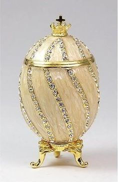 kind of easter egg. Read about the origin on .za/homepage-extra-m Faberge Egg via Faberge Fabrege Eggs, Egg Designs, Egg Art, Russian Art, Egg Decorating, Egg Shells, Oeuvre D'art, Trinket Boxes, Easter Eggs