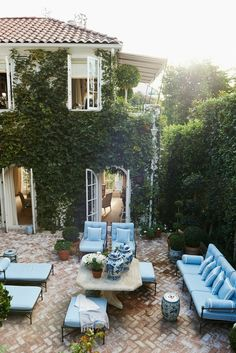 The loveliest patio courtyard. What do you think of all the vines and greenery?… The loveliest patio courtyard. 🌿 What do you think of all the vines and greenery? Could you live here? Tag a friend who could! Outdoor Rooms, Outdoor Dining, Outdoor Gardens, Outdoor Decor, Courtyard Gardens, Courtyard Ideas, Modern Gardens, Patio Design, Garden Design