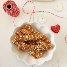 Brune pinner (eller Kolakaker, som det også kalles) Gingerbread Cookies, Cake Recipes, Desserts, Food, Brown, Gingerbread Cupcakes, Tailgate Desserts, Ginger Cookies, Deserts