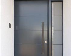 Ganzblatt-Haustüren: graue Ganzblatttür mit Querfrässung und Seitenteil