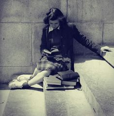 Vintage Photo of Girl Reading People Reading, Woman Reading, I Love Books, Good Books, Books To Read, Reading Books, Old Photos, Vintage Photos, Vintage Pins