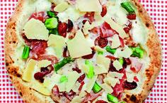 Hvit pizza med skinke og pesto