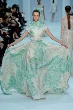 El libanés propone en su colección Primavera/Verano 2012 vestidos de cuento de hada en tonos pastel.