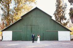 Home Ranch wedding - löytyisikö keltään kotimaista versiota? Suomi-maatila vihreässä moodissa ja edessä hääpari? #vihreaajaterveellista #romanttista