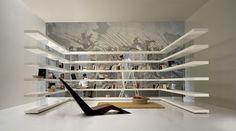 Una libreria che fluttua, la leggerezza è nella trasparenza. Scopri tutti i colori e le finiture disponibili.