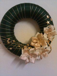 zeleno -zlatý venček christmas 2014 Christmas Wreaths, Christmas Crafts, Xmas, Shabby Chic Ribbon, Ribbon Wreaths, Plastic Easter Eggs, Door Trims, Craft Storage, Handmade Christmas