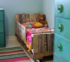 Toddler Pallet Bed | Creative Ways to Repurpose Pallets
