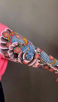 Fabric Painting, Fabric Art, Custom Denim Jackets, Denim Art, Japanese Tattoo Art, Painted Clothes, Clothes Crafts, Clothing Hacks, Diy Shirt