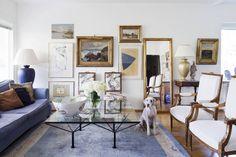 Olohuoneen seinälle Kristina on koonnut varmalla kädellä lempi-taidettaan. Lasinen sohvapöytä on 1980-luvun alun matalaa italialaista designia, mutta Kristina on korottanut sitä asentamalla alle sängynjalat.