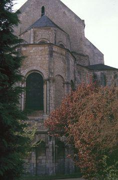 Poitiers chevet de l'église Ste-Radegonde.- 42) STE-RADEGONDE, LE PELERINAGE: L'église Ste Radegonde fait partie des sanctuaires romans du Poitou qui honorent les reliques de saints locaux comme c'est le cas: pour l'abbaye de S-Maixent qui abrite le corps de saint Maixent, mort en 515; où l'église St-Hilaire-le-Grand de Poitiers qui conservait les reliques du saint évêque Hilaire ou de Saintes avec ceux de l'évêque Saint Eutrope.