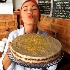 Sabadão galera!!!!! Hoje é dia de Bobó de shitake e palmito e Kafta de cogumelos com castanha do Pará! Cada prato com seus respectivos acompanhamentos. De sobremesa teremos torta mousse de maracujá torta de maçã e torta mousse de limão siciliano( essa da foto)!!  Lembrando que aqui no Prana todas as sobremesas são veganas e sem glúten! Vem pro Prana!!!!! #inaleexalesorria by pranavegetariano