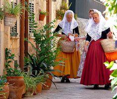 Vestido Tradicional de Valldemosa - Mallorca - Islas Baleares (España) Ibiza, Mallorca Island, Costumes Around The World, Spanish Culture, Balearic Islands, Majorca, Folk Costume, World Cultures, Historical Clothing