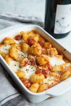 Authentic gnocchi a la sorrentina recipe. A delicious Italian tomato garlicky sauce. A lot of cheesy action and it's super easy to make. #gnocchi #italianrecipe #gnocchiallasorrentina Baked Mostaccioli, Making Gnocchi, Ricotta Gnocchi, Pasta Casserole, Just Eat It, Fresh Mozzarella, Italian Recipes, Food Print, Super Easy