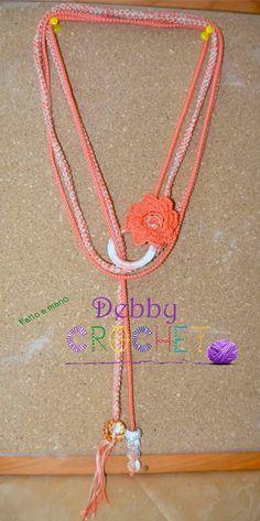 Collana arancione con fiore e cristalli