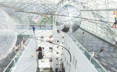 Подобно паукам, люди могут перемещаться по воздушной конструкции, не видя почвы под ногами, балансируя на раскачивающейся сетке.