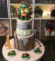 Um bolo muito bonito no tema Tartarugas Ninja. #ideiasdefestas #ideiasdebolos #ideiasdebolosefestas #festatartarugasninja #bolotartarugasninja by @denizbutikpasta