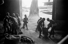 Port of Calcutta. Unloading corn sent by foreign countries to help India's famine areas by Werner Bischof War Photography, Street Photography, White Photography, What Is Noble, Injustices In The World, Classic Photographers, 26 Avril, Ruined City, Photographer Portfolio
