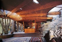 Handmade Houses by Richard Olson, revisits the roots and history of the handmade-homes phenomenon of the late 1960's.