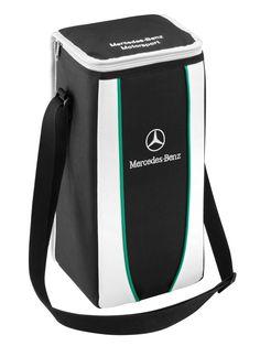 """Kühltasche in schwarz/weiß mit grünem Piping aus 100 % Nylon, Logo-Stick vorne, Stick """"Mercedes-Benz Motorsport"""" auf dem Deckel, Maße ca. 20 × 35 × 20 cm. Artikelnummer B6 799 5153, Preis: 19,90 Euro (inkl. MwSt., gültig für Deutschland)"""