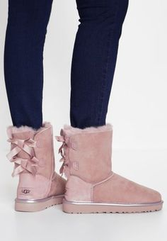 Walking in Style with These Women Winter Boots - Walk elegantly in the snowy days or nights with amazing women winter boots. Get inspired with our picks below. Ugg Boots With Bows, Ugg Style Boots, Shearling Boots, Leather Boots, Cute Uggs, Ugg Winter Boots, Vegan Boots, Sheepskin Boots, Comfortable Boots