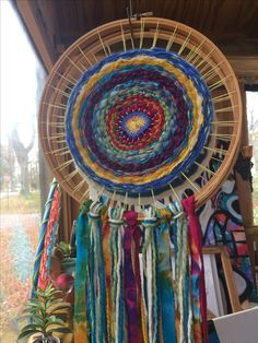 Weaving in the round with items from nature: grass leaves twigs and add streamers for fathers to add wishes and teams to. Loom Weaving, Hand Weaving, Circular Weaving, Weaving For Kids, Dream Catcher Art, Indian Arts And Crafts, Weaving Wall Hanging, Basket Crafts, Weaving Textiles