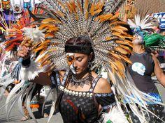 Aztec bailarín a día de los muertos.