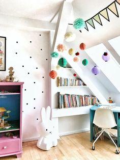 Kinderzimmer in fröhlichen Farben im Dachgeschoss. #kinderzimmer #kids #spielzeug #pompom #bücherecke #dachschräge #hase #living #wohnen #wohnideen #einrichten #interior #COUCHstyle
