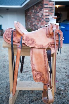 This saddle has a small post horn. Barrel Saddle, Barrel Racing Tack, Western Horse Saddles, Western Tack, Saddle Leather, Leather Tooling, Bling Horse Tack, Horse Tack Rooms, Wade Saddles